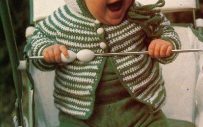 Schemi uncinetto: un golfino per il bebè - Durante la passeggiata il bambino sta caldo e libero nei movimenti anche nei mesi freddi, con questo golfino a righe bicolori. La tecnica di realizzazione e facile e svelta. Vediamo insieme come fare.