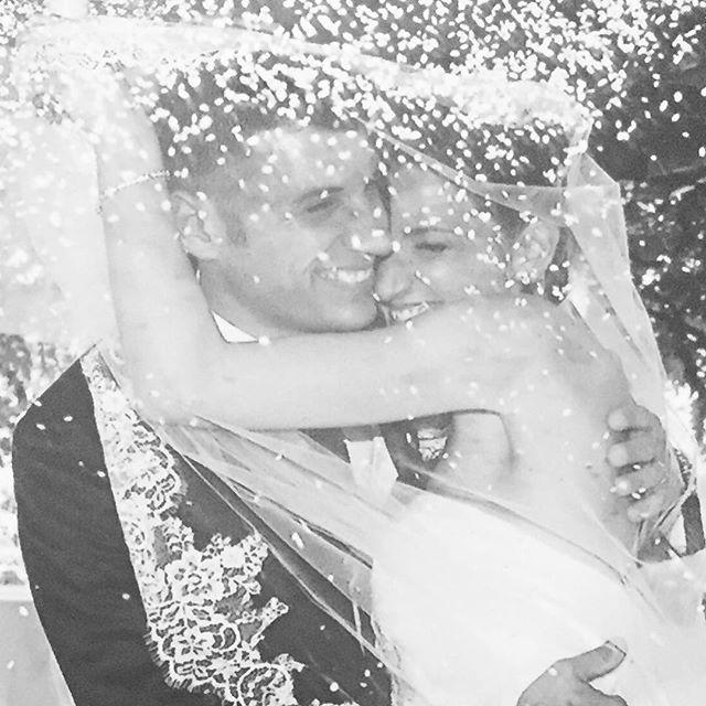 Una foto che #parladasola 👰🏼❤️🎩 i momenti difficili ci saranno ma basterà pensare a tutto L #amore e la #gioia che sono in #questomomento in #questoabbraccio #inquestisorrisi #quasicommossi  #lanciodelriso #riso e #sorrisi #sposa #sposo #sposi #sposati #maritoemoglie #wedding #velodasposa #felici #happiness #love #weddingday #matrimonio #bride #ricordi #memories #ilgiornopiùbellodellamiavita