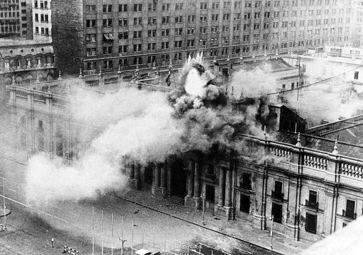 Bombardeo al palacio de la Moneda (11 septiembre 1973), símbolo republicano y casa de los presidentes. #bombardeo #Chile #socialismo