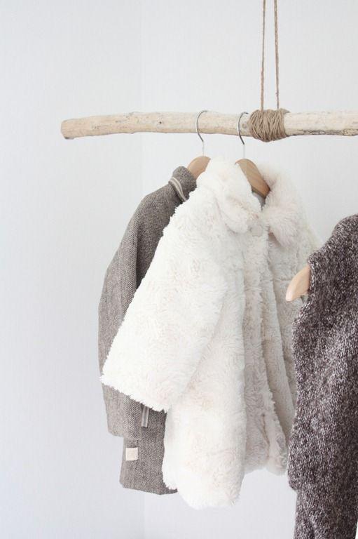 Een kledingrek gemaakt van een takken