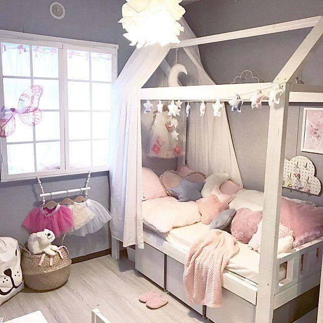 女性で、2LDKの築20年以上/子供部屋/IKEA/子供部屋女の子/賃貸/海外風…などについてのインテリア実例を紹介。「イベント用に再投稿します。 このベッドは2×4材を駆使した手作り家具です(*´∀`)基礎もしっかり作ったのでもちろん大人と子供2人で乗れます。 下はカラーボックスにキャスターをつけたおもちゃ収納になっています。引き出すだけで子供も簡単にお片づけできてます」(この写真は 2017-11-05 08:26:02 に共有されました)