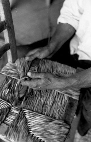 Robert Doisneau: Gitans de Plan de Grasse - Le rempaillage de chaises Juin 1969