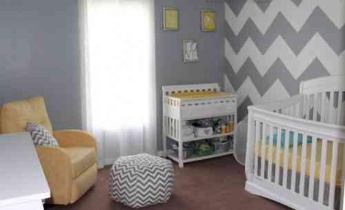 chambre bébé fille en gris, blanc et jaune à chevrons