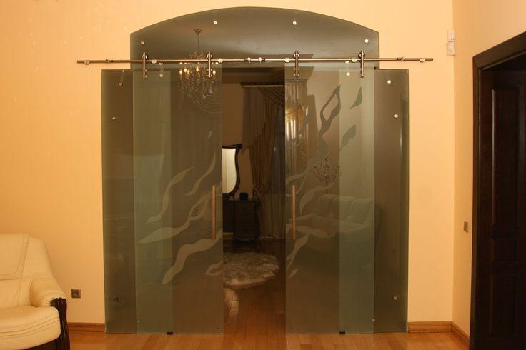 Стеклянная перегородка(дверь) в гостиной.