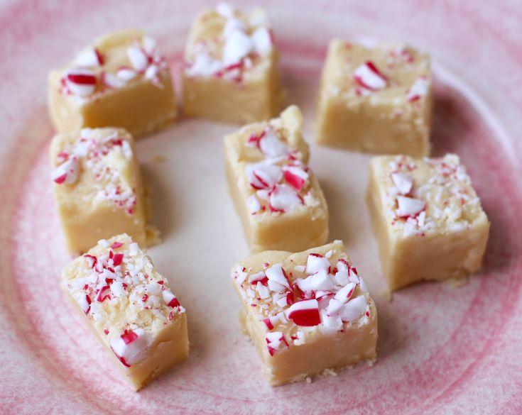 Här kommer en härligt söt och färggladpolkafudge. Är inte julgodis bara så roligt att experimenterafram! Det här behöver du till cirka 25st: 1 dl vispgrädde 3 dl strösocker 100 gram saltat smör 150 gram vitchoklad krossade polkagrisar Gör så här: Vänd ner grädde, socker, smör i en kastrull och låt … Läs mer