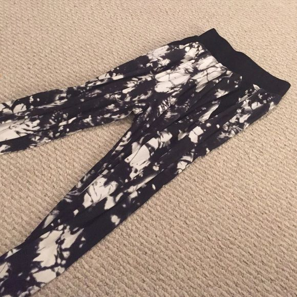 Soft designed jogger pant Super cute and comfy joggers perfect for fall bundle for great discounts Pants Leggings