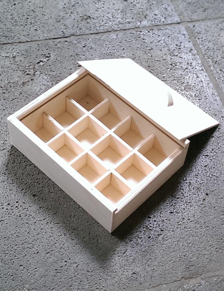 Een kistje van berkenmultiplex met schuifdeksel en 12 vakjes.