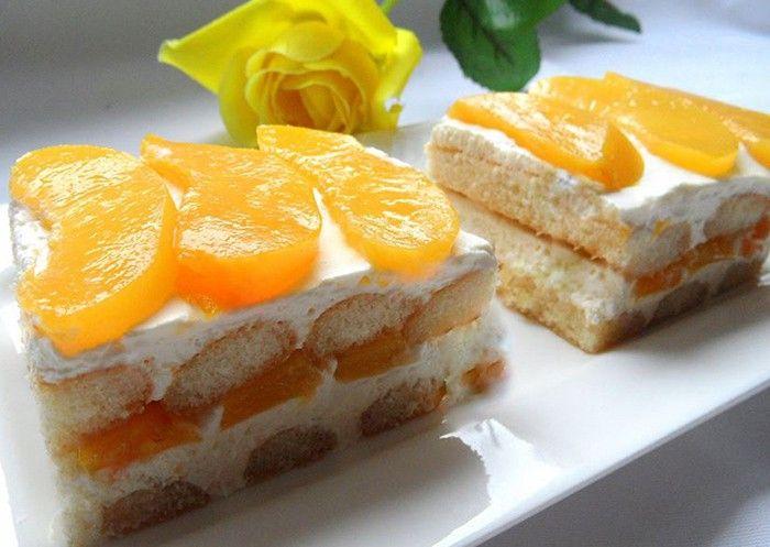 Klasický nepečený dezert s ovocem a piškoty. Už je velmi starý, ale stále potěší nejednoho mlsouna.
