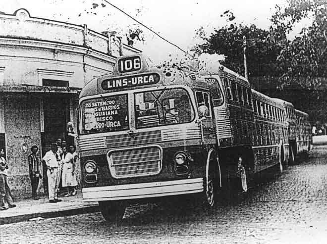 """Ônibus """"Papa-Filas"""" - Anos 50 A imagem mostra um ônibus do tipo """"papa-filas"""" em operação no Rio de Janeiro nos anos 50. Fazia a linha 106 (numeração antiga) Lins-Urca. Os ônibus """"papa-fila"""" foram uma tentativa de se aumentar a capacidade de transporte em um único veículo. Consistia de um cavalo mecânico que tracionava um reboque onde viajavam os passageiros. Não obteve os resultados esperados"""