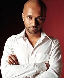 Der britische Tänzer und Choreograph Akram Khan, gründetet 2000 seine eigene Tanzkompanie, mit der er weltweit mit Gastspielen auftritt.