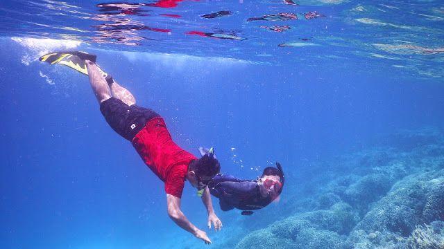 Gilang dan Cakra sedang menikmati keindahan terumbu karang di sekitar pulau kapas