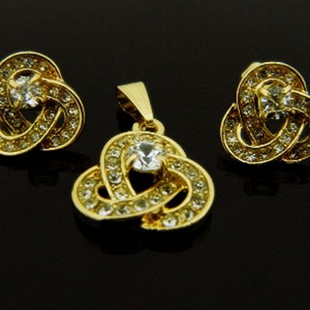Ten piękny komplet biżuterii o fantazyjnym kształcie zachwyci każdego! www.sklepmarcodiamanti.pl/produkt/zw-18-k-zloty-komplet-k240/ #marcodiamanti #biżuteria #komplet #złoto