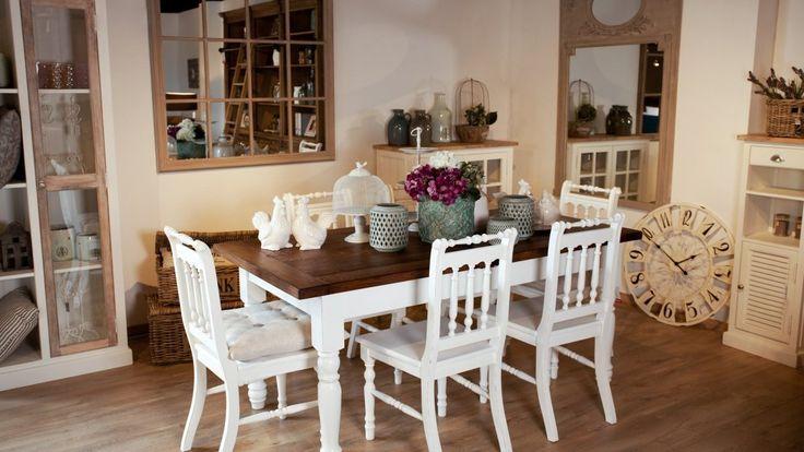 Stół do jadalni z kompletem 6 krzeseł. Drewniane, białe, rzeźbione krzesła do których warto dobrać miękkie poduszki do siedzenia w celu poprawy komfortu użytkowania. Stół o prostokątnym blacie w kolorze ciemnego drewna, pozostałe części stołu w białym kolorze. Meble do jadalni o sporych rozmiarach.