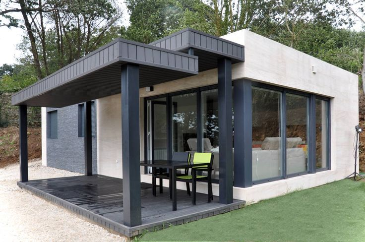 This little home is absolutely perfect, in more ways than oen! Casa prefabricada Cube 75 m2 - Porche by Casas Cube