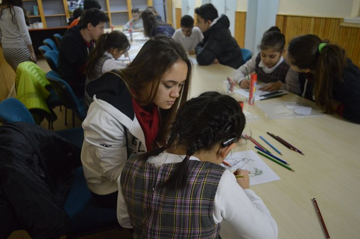 """""""İletişimde Engel Yok"""" projesiyle Duyum İşitme Engelliler İlkokuluna gittiler. Burada eğitim gören 3 ve 4. sınıf öğrencileri ile temel matematik, dil becerileri, resim ve origami çalışmaları yaparak hem eğitsel hem de sosyal becerilerini geliştirmeleri konusunda kardeşlerine yardımcı oldular."""