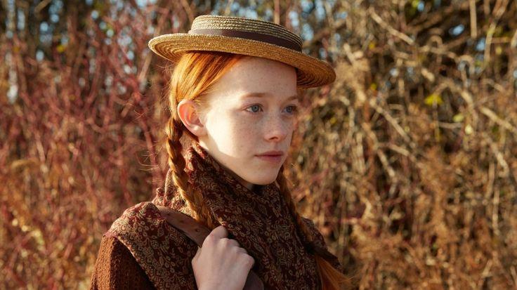 """Wróciła. Potylu latach Ania zZielonego Wzgórza znów nanowo bawi iwzrusza – tym razem zasprawą świeżutkiego serialu odNetflixa Ania, nie Anna (Anne with an """"E""""). Nie będę owijać wbawełnę – izacznę odnajwiększej wady tego serialu: siedem odcinków tostanowczo zamało. Poza tym nie widzę żadnych innych wad. Może mójkrytycyzm osłabł, bo dorastałam przy Ani iświat już nie …"""