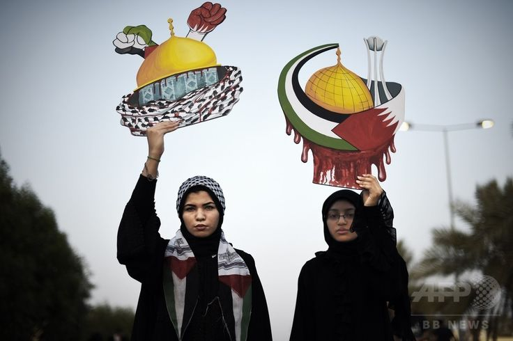 バーレーンの首都マナマ(Manama)の西に位置するカラナ(Karranah)村で、イスラエル軍によるパレスチナ自治区ガザ地区(Gaza Strip)攻撃の中止を求め、エルサレム(Jerusalem)のモスク「岩のドーム(Dome of the Rock)」の形をしたプラカードを掲げるバーレーン人女性(2014年7月26日撮影)。(c)AFP/MOHAMMED AL-SHAIKH ▼2Aug2014AFP|「イスラエル軍は攻撃を中止せよ」、世界各地で反戦デモ http://www.afpbb.com/articles/-/3022045 #Karranah #against_Israel