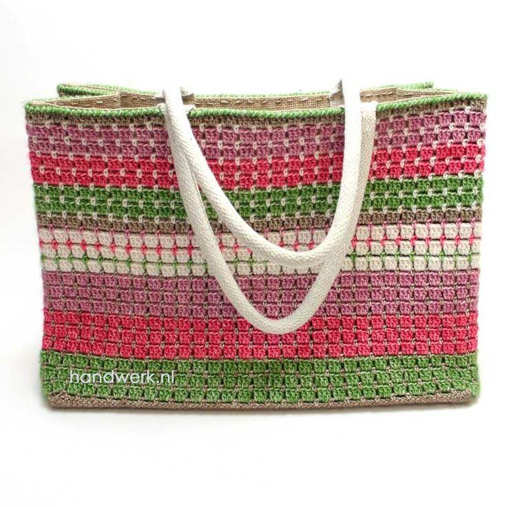 Gehaakte (of eigenlijk omhaakte) tas. Spontaan ontstaan en gemaakt. Met een AH jute tas als binnentas en met 6 bollen Stone Washed gehaakt.