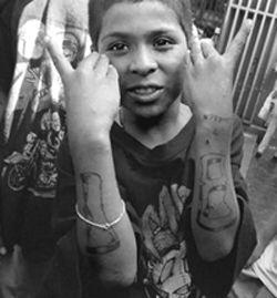 Omdat gangs natuurlijk zo groot mogelijk willen worden komen ze naar scholen om vooral afro-Amerikaanse kinderen te strikken. Deze bendeleden gebruiken ongeveer dezelfde tactiek als loverboys maar dan als oudere broers. Dit doen ze vooral bij armere kinderen.