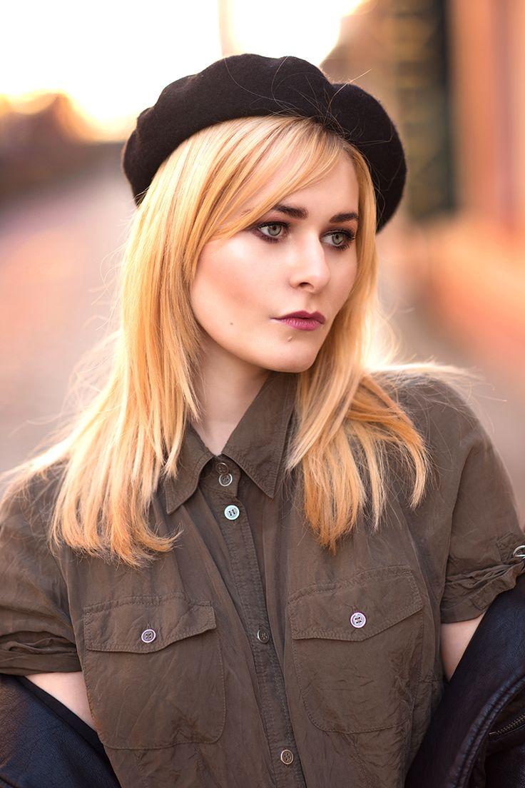 Christina Key trägt lange, blonde Haare und eine schwarze Baskenmütze zur schwarzen Lederjacke