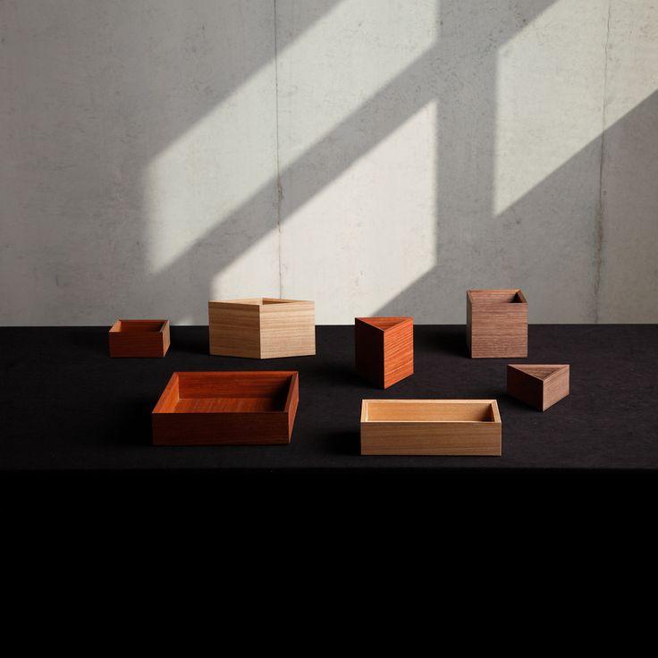 """<p>MAG CONTAINERは、組み込まれた磁石でお互いを引き合う、木製ステーショナリーボックスです。徳島で培われた伝統を継承した、木工職人の技術が集積されています。正三角形・正方形・菱形などの30度の倍数の角を持つ形状を自在に組み合わせてカスタマイズすると、パズルのように幾何学模様を生み出します。 <a href=""""http://colors-cc.net/collections/magcontainer#.UkEvHWQkhi4"""" title=""""http://colors-cc.net/collections/magcontainer#.UkEvHWQkhi4"""" target=""""_blank"""">http://colors-cc.net/collections/magcontainer#.UkEvHWQkhi4</a></p></p>"""