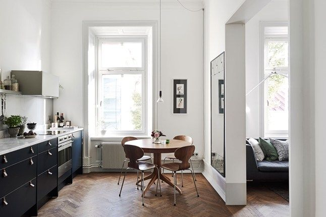 Contrasting cabinets emphasise the room's simplicity