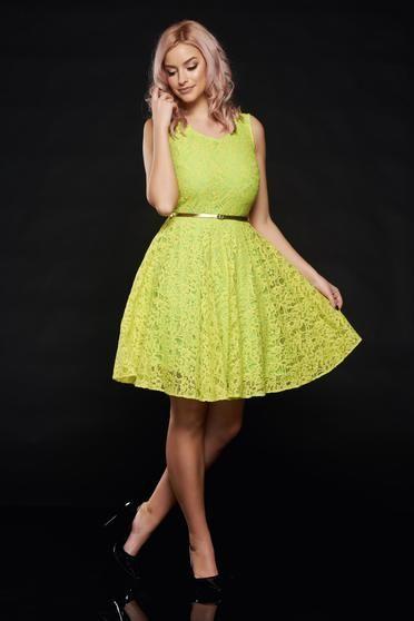 Rochie PrettyGirl verde-deschis de ocazie din dantela cu accesoriu tip curea - Rochie din dantela, cu captuseala dubla si tul pe interior. Este o rochie pentru ocazii speciale in care vei radia de frumusete. Culoarea este menita sa te scoata in evidenta. Se inchide la spate cu fermoar.