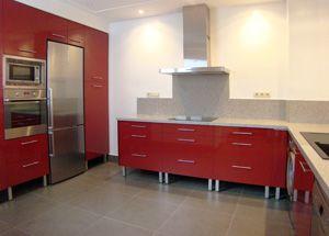 Foto de reforma de cocina moderna, con office, puerta lisa color rojo, patas vistas cromadas, encimera granito gris y pared pintada