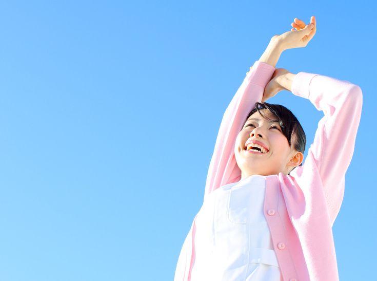 「ハッピーホルモン」「幸せホルモン」などと言われているセロトニン。脳内で働き、心のバランスを保ったり、自律神経を整えてくれたり、さらには筋肉に働きかけて痛みを和らげたり、いい姿勢をサポートしてくれたりと、健康的な毎日に大切なホルモンです。新生活シーズンに心も体もハッピーになるために、セロトニンをUPする方法について考えます。