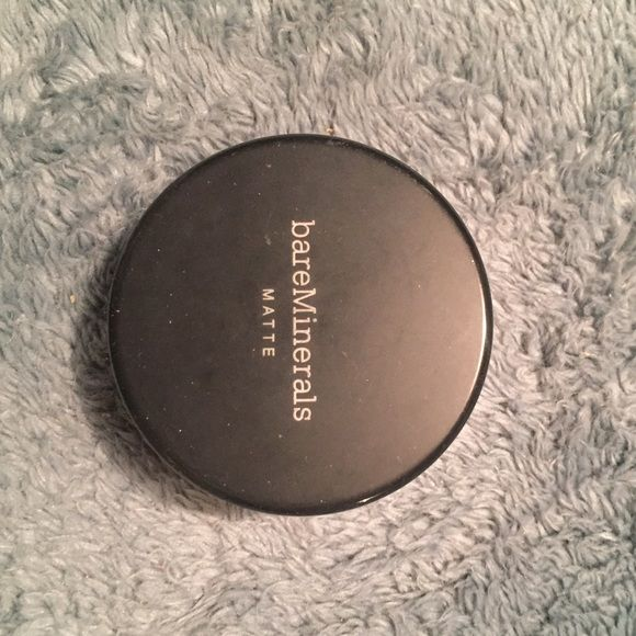 Bare Minerals powder foundation Bare Minerals powder foundation in fairly light! hardly ever used. lots left!! Makeup Foundation