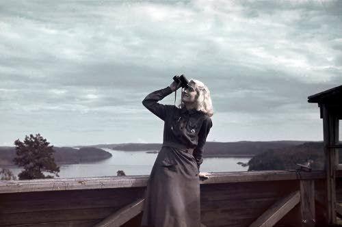 Ilmavalvontalotta Ellen Kiuru Lahdenpohjan ilmavalvontatornissa. Lahdenpohja 1942.07.11