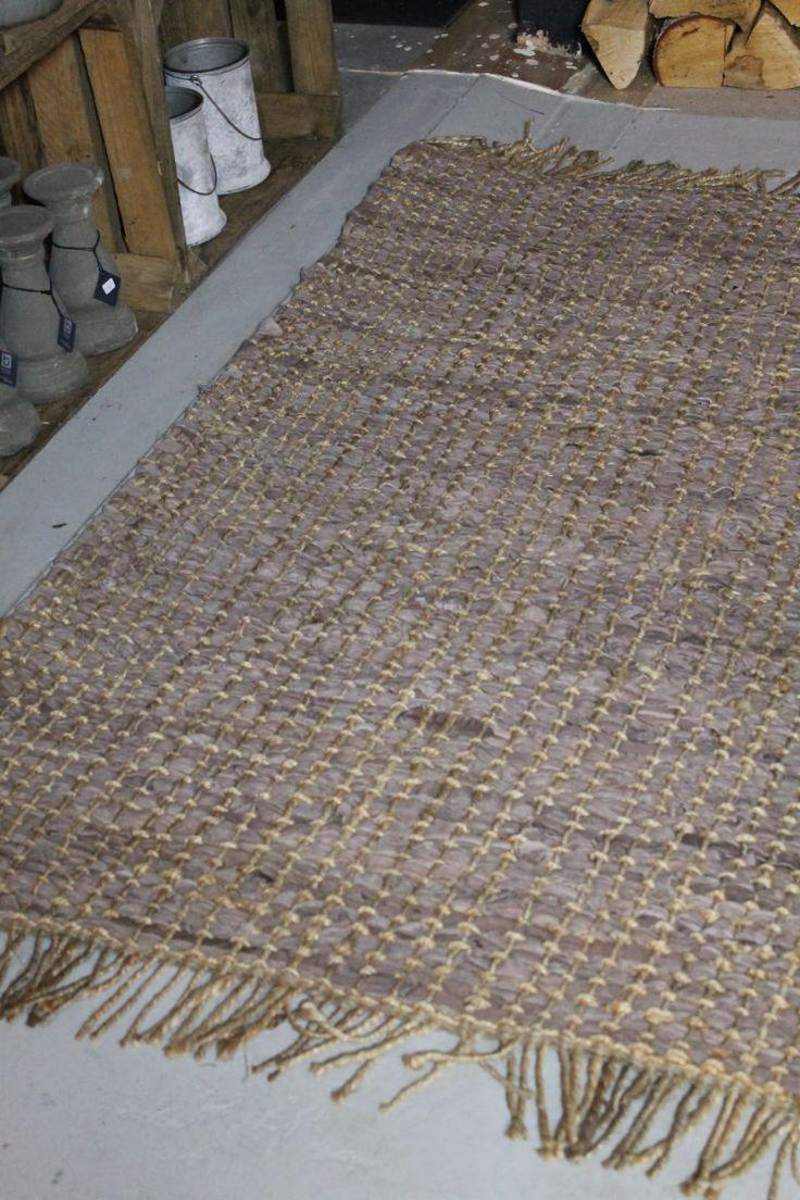 Dit stoere vloerkleed van is gemaakt van stukken leer, verweven met jute. De lederen reepjes worden gemaakt van snijafval dat overblijft na het stofferen van lederen meubels. Het is een stoer kleed dat op vele plekken in huis gebruikt kan worden.  Afmeting 90x150cm.