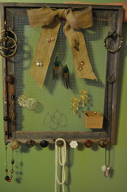 for a chicken wire earring holder, use a burlap bow to incorporate your stud earrings or pin a small box to hold rings www.dashboarddiary.com