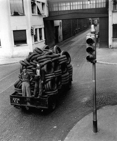Atelier Robert Doisneau |Galeries virtuelles desphotographies de Doisneau - Automobiles Renault