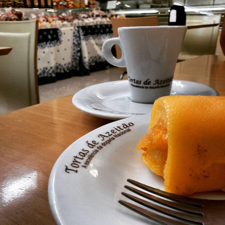As Tortas de Azeitão têm a sua origem em Fronteira (Alentejo) e a receita foi trazida por um familiar do dono da pastelaria O Cego, no início do século. Aí começou o seu fabrico, primeiro com uma torta grande que era vendida em fatias, e só passado algum tempo se fixou o seu fabrico sob a forma de bolo individual. Embora muita gente fabrique tortas, nenhumas se igualam às famosas e já conhecidas tortas do Cego, família que detém o segredo e que o tem passado de geração em geração.
