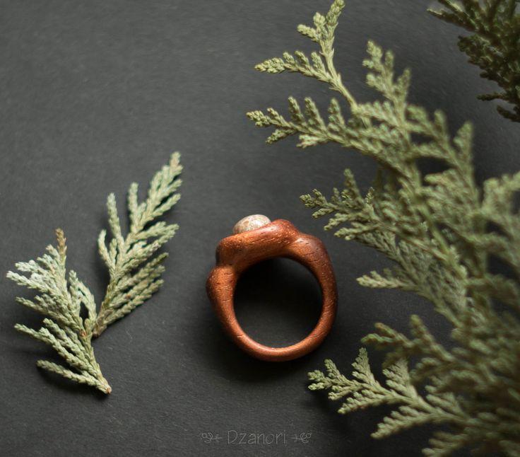 Изящное кольцо из дерева с натуральным камнем. Вырезано из красивой экзотической древесины бубинга. Фото, к сожалению, не передает всей ее красоты. Вставка - интересный натуральный камень. Я нашла его живописном на берегу Черного моря, придала ему форму, отшлифовала и отполировала. Древесина также бережно отшлифована и покрыта маслом. Размер, примерно, 16,5 мм Примерные габариты: ширина ...