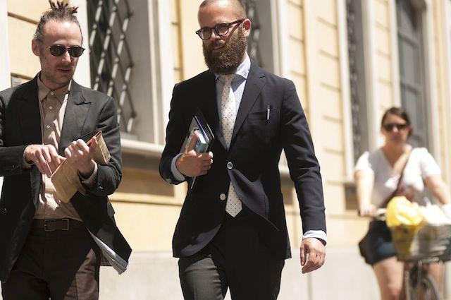 ストリート・スタイル:ミラノ・コレクションに集った男たち 後編 « GQ JAPAN ポケットチーフこそ添えていないが、代わりにペンのクリップがアクセントに。