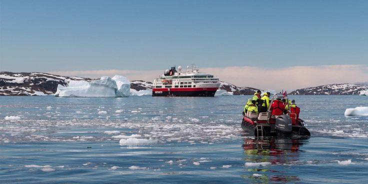 Båttur mellom isfjellene i Upernavik, Grønland. MS Fram i bakgrunnen.