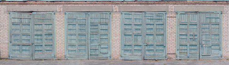 Texture #industrial #garage #WoodenGate in the high-resolution Текстура гаражные ворота, фото большого размера. Фотография распашных промышленных деревянных ворот в высоком разрешении.