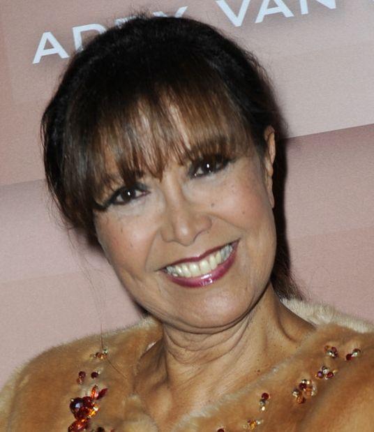 † Sandra Reemer (66) 06-06-2017 Sandra Reemer is op 66-jarige leeftijd overleden. De presentatrice en zangeres heeft de strijd tegen borstkanker verloren. De diagnose borstkanker kwam bij Reemer 'als een mokerslag aan', vertelde ze in maart van dit jaar. Ze richtte zich volop op haar herstel en de behandeling. https://youtu.be/hHkpVxq6nKM?t=15