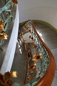 Угловое здание Reok Palace построено в Венгрии (г. Szeged), в 1907 году, архитектор Ede Magyar (1877–1912). Строительные скульптурные работы были сделаны фирмой Winkler & Co, местных художников и ремесленников. Кузнечные работы были сделаны местным кузнецом по имени Пал Фекете, на основе дизайна архитектора.