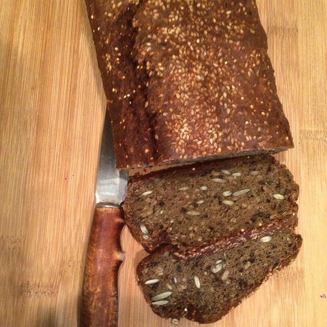 Хлеб #LCHF Мука из конопли льна, сои, амаранта высокобелковая.  Кефир 400 г, яйца 4 шт.  Семена: подсолнечник, тыква, лён, чиа. Соль, разрыхлитель, лимонный сок.
