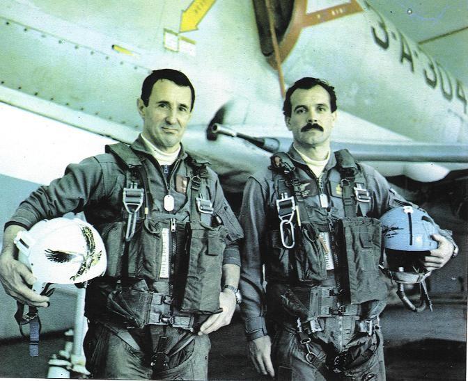 Capitán de Corbeta Roberto Philippi (izquierda) y Teniente de Navío César Arca. - Aviación Naval Argentina.
