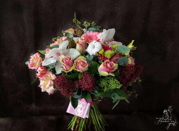 Buchet flori: orhidee, trandafiri, skimmia, lisianthus