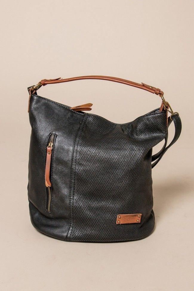 Black Zip Front Bag Μαύρη τσάντα με τρυπητό εξωτερικό σχέδιο και ταμπά λεπτομέρειες. Κλείνει με φερμουάρ. Έχει ένα μικρό λουρί και ένα μεγαλύτερο, αποσπώμενο, το οποίο αυξομειώνεται. Μεγάλη χωρητικότητα, εσωτερικά τσεπάκια.
