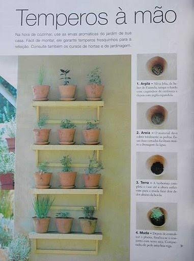 Prateleiras de madeira recebem vasos  para os temperinhos e chás.