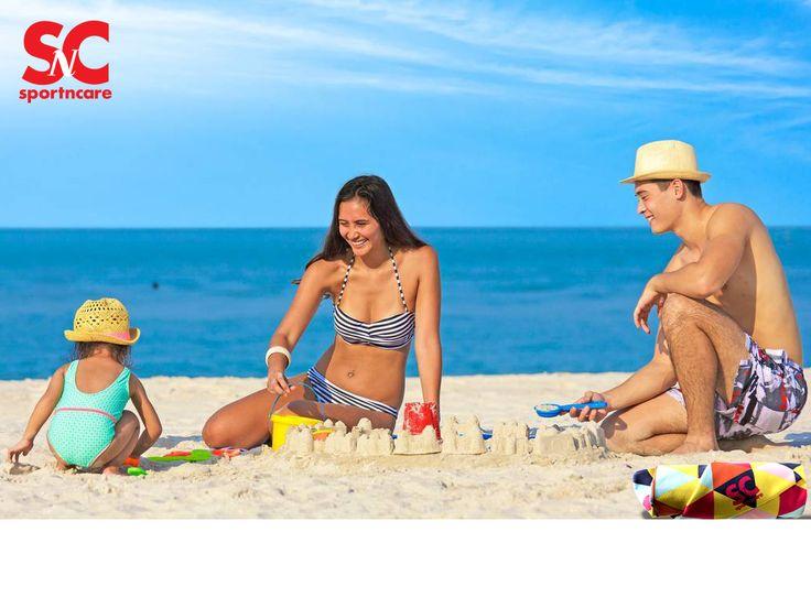 Enjoy a day at the beach with your family with our SportNCare towels. Disfruta de tu día en la playa con tu familia, con tu toalla de microfibra SportNCare.