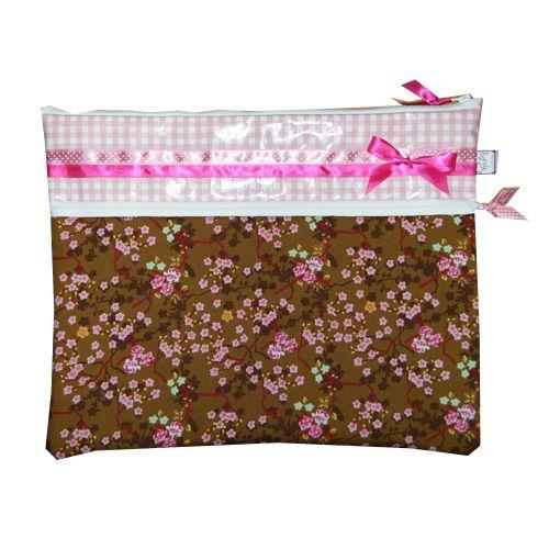 Leuke roze/bruine laptophoes met bloemetjes gemaakt door www.hippe-laptophoezen.nl