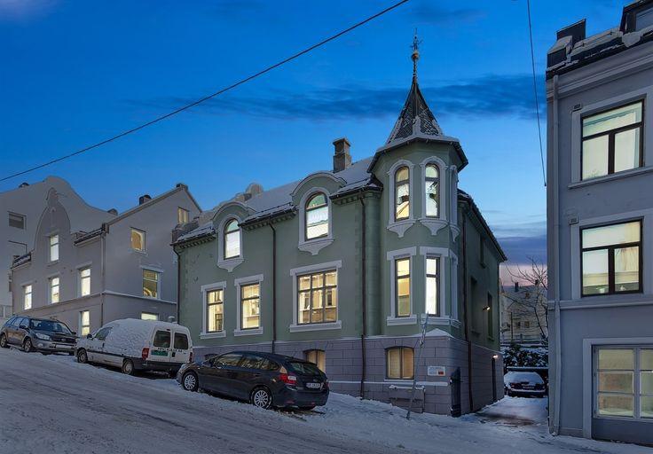 FINN – Flott og særpreget leilighet over 2 plan med 3 soverom, 2 stuer, kjellerstue, kontor, parkering i bakgård