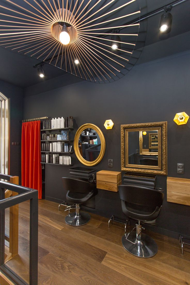 Le salon de coiffure Anita P à Rennes, Agence 19 DEGRES - par Caroline Ablain Photographe. Miroirs dorés, murs noirs, suspension Vertigo